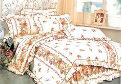 Комплект спално бельо за персон и половина с бяла основа и червени рози със зелени листа, които са поставени на редове. Нежната на допир материя на сатенирания памук допринася за уюта и комфорта на вашия сън. Внесете свежест и уют в спалнята си.