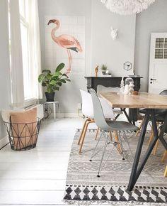 Vooruit, zo'n flamingo past overal, ook in een scandinavisch-geïnspireerde kamer. En zet die mand met kussens dan ook maar neer als we toch aan het decoreren zijn. Dan maken we het gewoon Hygge ipv Lagom. Hulp nodig of meer inspiratie? Kijk op http://bureaubinnenshuis.nl/.