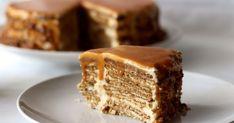 Receita de bolo de bolacha com molho de caramelo e amendoim caramelizado.