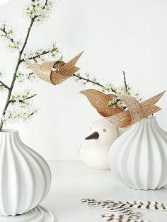 """Eine schöne Dekoidee für die Osterzeit sind blühende Zweige, die in großen Vasen arrangiert und mit verschiedenen Anhängern dekoriert werden. Julia aka Mammilade zeigt uns heute ihre DIY Idee für den Osterstrauch: Passend zum Frühling hat sie Vögel aus Furnierholz gebastelt, die einfach an die Zweige gesteckt werden können oder mit einem Faden zum Anhänger werden. Nachfolgend findet ihr die Anleitung, Schritt für Schritt erklärt. //<![CDATA[ window.__mirage2 = {petok:""""0..."""