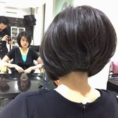 Popular Short Haircuts 2018 – 2019 – The UnderCut Beliebte Kurzhaarschnitte 2018 – 2019 Asymmetrical Bob Haircuts, Layered Bob Hairstyles, Hairstyles Haircuts, Hairdos, Layered Bob Short, Short Hair With Layers, Short Hair Cuts, Short Stacked Bobs, Popular Short Haircuts