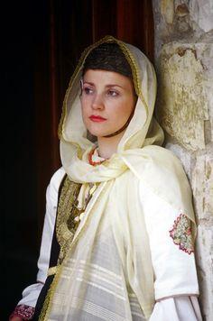 Girl From Megara by: Thomas Papagiannis Greek Traditional Dress, Traditional Outfits, Gypsy Costume, Folk Costume, Folk Fashion, Modern Fashion, Ethnic Fashion, Mediterranean People, Costumes Around The World