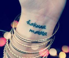 Hakuna Matata Zitat am Handgelenk tätowiert