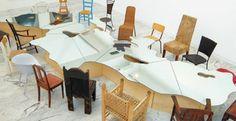 Conservée au [mac], Love Difference, Mar Mediterraneo, oeuvre de l'artiste Michelangelo Pistoletto est une table reprenant les contours de la Méditerranée, entourée de 22 sièges.  Crédit Photo : Vincent Ecochard