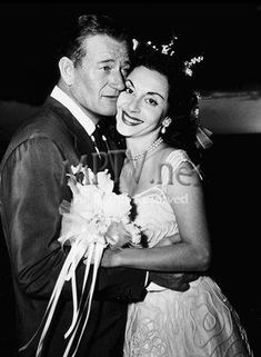 John Wayne and Pilar Palette married in 1954. She wore a 15ct diamond ring. Though never divorced, they didn't live together the last 6 yrs of his life (he died in 1979).