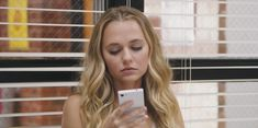 Madison Iseman's white phone that can be seen in the movie Jumanji: Welcome to the Jungle (2017)