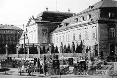 Grasalkovičov palác - Grasalkovičov palác, rok 1945 - Pohľady na Bratislavu Bratislava, Php, Old Photos, New York Skyline, Louvre, Street View, Times, Building, Travel