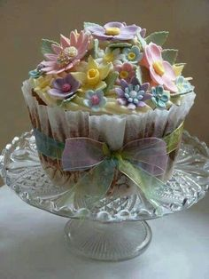 Cupcakes: A beautiful flower cupcake. I think it would be wonderful for the Spring Equinox. Beautiful Cupcakes, Gorgeous Cakes, Pretty Cakes, Amazing Cakes, Elegant Cupcakes, Amazing Art, Giant Cupcakes, Cupcake Cookies, Large Cupcake