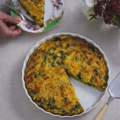 A crustless quiche that is not only full of flavour, but healthy and easy to make. We often have this for Saturday lunch with a salad and fresh bread. Watch the video to make the preparation painless. Salad Recipes Healthy Vegetarian, Salad Recipes For Dinner, Healthy Fruits, Leek Quiche, Quiche Dish, My Recipes, Favorite Recipes, Fresh Bread, Savoury Dishes