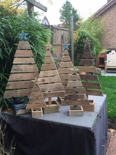 Pallet trees are super easy DIY Christmas decorations that you can make for almost nothing. So if you need some inexpensive rustic holiday decor ideas try these and you can pick up most of the supplies at your local dollar stores Wood Projects That Sell, Diy Wood Projects, Wood Crafts, Led Projects, Rustic Christmas, Christmas Crafts, Christmas Decorations, Christmas Trees, Christmas Tree From Pallets