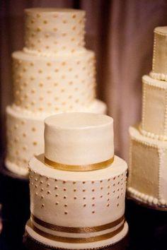 La mesa de pasteles está compuesta por tres piezas decoradas sutilmente con toques y cintas doradas. Ideas para una boda elegante. Imagen: Style Me Pretty