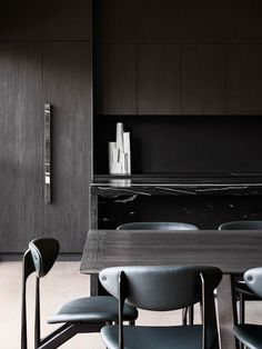 This gorgeous minimal kitchen features black stained cabinets, black marble counter tops, and simple Scandinavian design. Credit: Astrus House by Golden Photographer: Lillie Thompson Interior Design Kitchen, Interior Decorating, Latest Kitchen Designs, Masculine Interior, Global Home, Minimal Kitchen, Island Bench, Open Plan Kitchen, Küchen Design