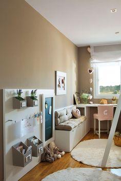 Dormitorio infantil con las paredes en color tierra, escritorio bajo la ventana y banco con cajones