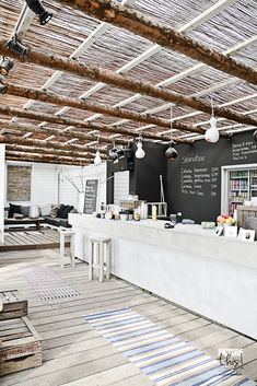 ☆ Bar de plage // coup de projecteur sur la canisse et des cagettes recyclées en table basse ou d'appoint