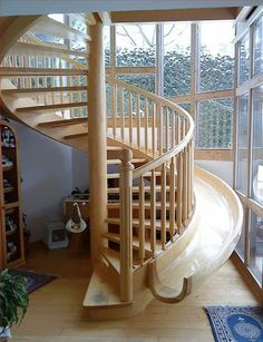 Um tobogã ao lado da escada, para uma descida divertida.