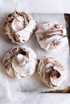 Chocolate and Cinnamon Swirl Meringue Chocolate Chip Shortbread Cookies, Toffee Cookies, Spice Cookies, Yummy Cookies, Meringue Cookie Recipe, Cookie Recipes, Dessert Recipes, Meringues Recipe, Meringue Desserts