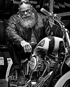 Image may contain: one or more people and beard Harley Davidson Photos, Biker Photography, Motorcycle Tattoos, Davidson Bike, Biker Quotes, Yamaha Motorcycles, Bike Frame, Black N White, Belle Photo