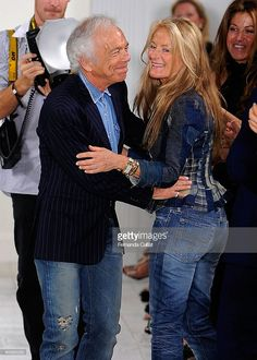Fashion designer Ralph Lauren (L) kisses his wife Ricky Lauren on the runway at Ralph Lauren Spring 2010 fashion show at Skylight on September 2009 in New York City. Ralph Lauren Love, Ralph Lauren Womens Clothing, Ralph Laurent, Aging Gracefully, Gentleman Style, Colorful Fashion, Fashion Pictures, Style Icons, Jeans
