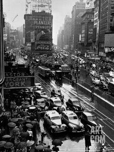Times Square During a President Franklin D. Roosevelt Speech Transmission, New York, 1941 Landscapes Photographic Print - 46 x 61 cm New York Pictures, New York Photos, Old Pictures, Old Photos, Strange Pictures, Famous Pictures, Vintage New York, Vintage London, Photographie New York