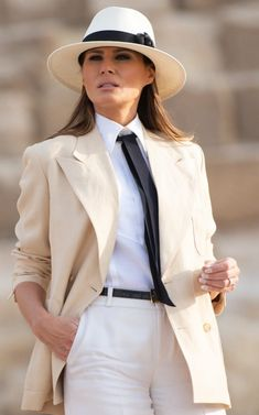 US First Lady Melania Trump visits the Giza Pyramids on October 6 during the final stop of her week-long trip through four countries in Africa. Trump Melania, Melania Knauss Trump, First Lady Melania Trump, Paris Chic, Melina Trump, Beauty And Fashion, Fashion Looks, Womens Fashion, Milania Trump Style