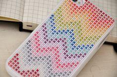 Carcasa de iPhone bordada con colores en punto de cruz