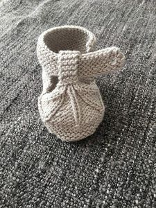 40 + Knit Baby Booties with Pattern - Page 3 of thousands of images about Omika ist MonikaDiscover thousands of images about Einfach gestrickte Babyschuhe mit freiem Muster Baby Booties Knitting Pattern, Knit Baby Shoes, Crochet Wrap Pattern, Baby Shoes Pattern, Cute Baby Shoes, Knit Baby Booties, Baby Hats Knitting, Baby Knitting Patterns, Baby Shoes Tutorial