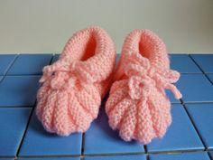 Handgebreide baby booties in roze. Voor 3 tot 6 maanden. Gemaakt naar een retro patroon van vóór WOII.