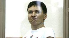 Image copyright                  AFP                  Image caption                     Savchenko se mostró desafiante durante una de sus comparecencias ante la justicia rusa.   Con el rostro tenso de ira, una mujer joven se paró desafiante ante un tribunal. De un salto se subió a un banco, se burló de los jueces imitando crudamente sus expresiones y con su mano les hizo un gesto obsceno. Las acciones de Nadia Savchenko durante sus comparecencias dejaro
