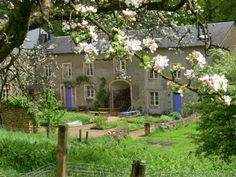 Zuidoost Belgie, grens met Frankrijk. La Ferme du Bois-le-Comte (de hoeve in het bos van de graaf) -ecologisch gasten- en groepsverblijf. Genieten midden in de natuur en lekker aanschuiven voor biologische maaltijden.