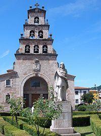 Cangas de Onís - Iglesia de Nuestra Señora de la Asunción y Monumento a Don Pelayo.