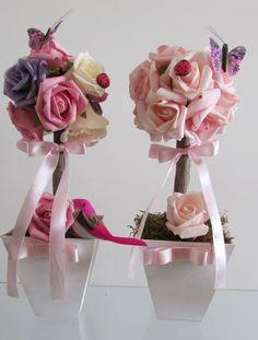 *Valor unitario de 1 unidade de topiara*  Linda topiara que contém 1 passarinho,1 borboleta e 1 joaninha  Topiara rústica de rosas em e.v.a na cores rosa,roxo e pink, em um tronco seco e desidratado, topiara contém total de 11 rosas mede 10 cm.larg. (vaso) altura total 22 cm.  Ou a altura que desejar!  Rosas disponíveis nas cores: branco puro,lilás,roxo,rosa,vermelho,laranja,pink,amarelo,cchampagne  Perfeito para todos os tipos de festa como decoração em geral, principalmente como centro de…