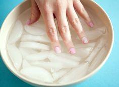 10 handige trucs voor het lakken van je nagels | Het klinkt misschien gek, maar trakteer je vingers op een badje ijswater om je nagellak snel te laten drogen. Het werkt echt!