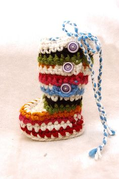 would also be adorable as an ornament for the tree! scrap yarns!