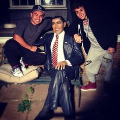 Justin and Alfredo Flores at Niall's house.. with niall's obama statue..