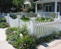 , Contemporary Landscape Design With White Picket Fence Designs Also Gorgeous Garden Plants With Concrete Floor Also Charming Green Field: Finding The Most Modern Fence Design For Your Modern Themed House Small Front Yard Landscaping, Fence Landscaping, Backyard Fences, Garden Fencing, Fenced In Yard, Small Fence, Horizontal Fence, Garden Steps, White Picket Fence