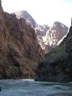 Yolyn Am, Désert de Gobi, Mongolie#Yolyn Am est une gorge étroite et profonde, située dans le massif Gurvan Saikhan Uul et le parc national de Gobi Gurvansaikhan, dans le sud de la Mongolie. On y trouve un champ de glace pérenne de plusieurs kilomètres de long mais qui a récemment tendance à disparaître en septembre#http://urlz.fr/3kvd#mongoliadventure.com