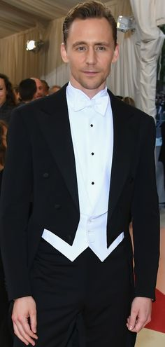 """Tom Hiddleston attends the """"Manus x Machina: Fashion In An Age Of Technology"""" Costume Institute Gala at Metropolitan Museum of Art on May 2, 2016 in New York City. Full size image: http://ww2.sinaimg.cn/large/6e14d388gw1f3i4e9phzpj21qg2bcaxn.jpg Source: Torrilla, Weibo"""