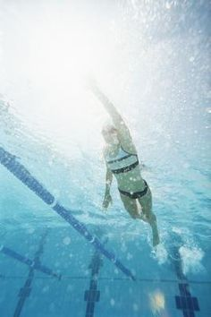 Tummy trouble is no fun, especially when it's the kind that comes between you and your favorite two-piece. While no swim stroke specifically targets abdominal muscles, freestyle is an aerobic activity that burns calories while effectively working your core. The right freestyle drills can absolutely help. Swimming freestyle with an emphasis on flutter and dolphin kicking drills at least twice a week can help tone abs and burn the calories needed for overall weight loss.