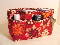 Love this quilted purse organizer! Diy Purse Organizer, Handbag Organization, Diy Bags Purses, Frame Purse, Tote Purse, Getting Organized, Sewing Crafts, Diaper Bag, Pouch