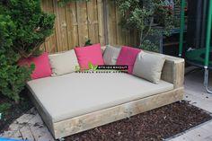 Ligbed 'DELUXE' van oud steigerhout voorzien van wieltjes. All-Weather kussens in de kleur Taupe en Pink.