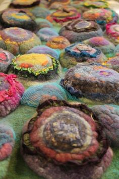 vilt texturen In this 1 day workshop for (advanced) feltmakers, students will explore the different techniques how to manipulate( pre-). Art Bag, Design Lab, Handmade Felt, Felt Art, Vintage Fabrics, Surface Design, Sewing Crafts, Sculptures, Textiles