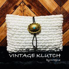 訪問ありがとうございます*̣̩⋆̩*➵ ➵ ➵.*⋆ホワイトのTシャツヤーン1色でシンプルに編み上げました。クラッシュ加工の様な風合いでカジュアルさと品の良さを兼ね備えたクラッチバッグ💋💄長財布とiphone plusが入るサイズになっております✩➵ ➵...