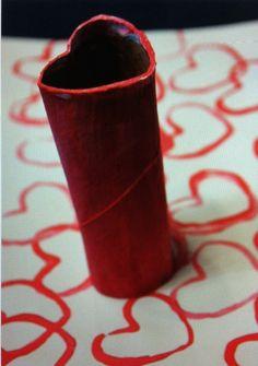 inpakpapier maken door hartjes te stempelen met wc-rol. Of hartjes stempelen bij cadeau (foto) met kushandje.