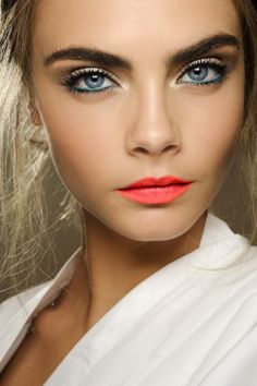 Perfect Summer Night Out Make Up look! Super Model Cara Delevingne with a Natural Skin Look, colored eyeliner, and coral lips similar to MAC's Vegas Volt Lipstick. Beauty Make-up, Beauty Secrets, Beauty Hacks, Hair Beauty, Beauty Products, Beauty Tutorials, Makeup Tutorials, Makeup Products, Fashion Beauty