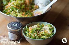 Dvě mrkve a kedluben nastrouháme na nudličky, okurku a jednu naťovou cibulku nakrájíme na tenká kolečka, Hlávkový salát natrháme nebo pokrájíme. Zeleninu promícháme v míse se šťávou z jednoho citrónu,