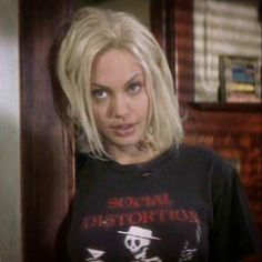 Angelina Jolie says looks dont matter if youre not intelligent in blunt new interview Social Distortion, Pretty People, Beautiful People, Beautiful Women, Beautiful Celebrities, Angelina Jolie 90s, Moda Punk, 90s Grunge Hair, Estilo Hip Hop