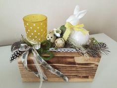Windlicht und Hase auf Holzblock gelb