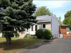 Maison à vendre à Blainville - 289 900 $ Shed, Houses, Outdoor Structures, Outdoor Decor, Plants, Home Decor, Homes, Lean To Shed, Flora