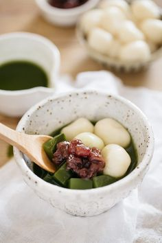 Cold Matcha Zenzai is the perfect Japanese dessert! Chilled matcha jelly is topped with sweet azuki beans, mochi, and matcha syrup! Easy Japanese Recipes, Asian Recipes, Gourmet Recipes, Sweet Recipes, Dessert Recipes, Japanese Food, Japanese Sweets, Sushi Recipes, Matcha