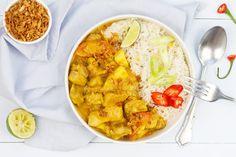 Veel mensen denken dat kare ajam een Indische kip-kerrie is. Vooral de gele kleur zorgt voor die verwarring. Maar het gele van dit gerecht komt door de kurkuma. A Food, Food And Drink, Asian Recipes, Ethnic Recipes, Indonesian Food, China, Thai Red Curry, Slow Cooker, Main Dishes